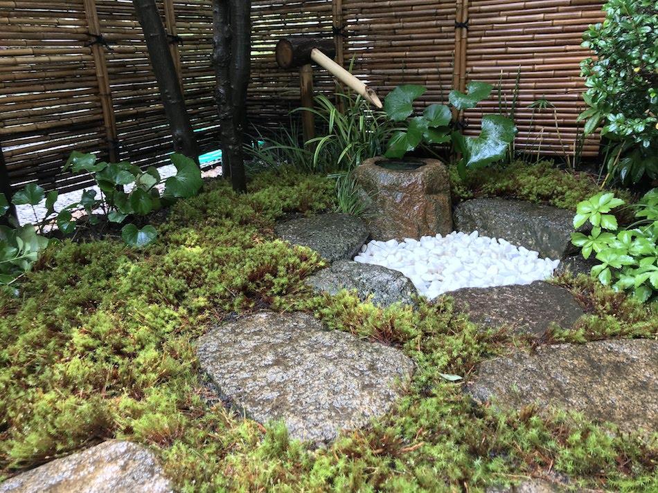 御簾垣とウマスギゴケ苔庭