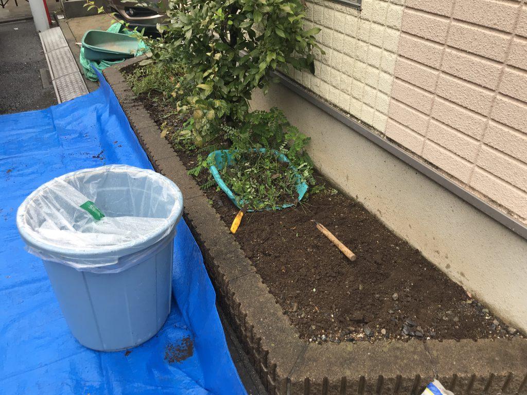 除草作業から開始します。